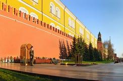 Os soldados do Kremlin organizam perto do túmulo de soldado desconhecido Fotografia de Stock