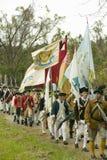 Os soldados do patriota com bandeiras marcham ao campo da rendição como parte do 225th aniversário da vitória em Yorktown, um ree Imagens de Stock