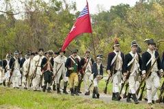 Os soldados do patriota com bandeiras marcham ao campo da rendição como parte do 225th aniversário da vitória em Yorktown, um ree Imagem de Stock Royalty Free