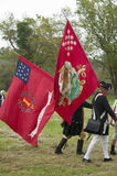 Os soldados do patriota marcham com as bandeiras ao campo da rendição como parte do 225th aniversário da vitória em Yorktown, um  Imagens de Stock