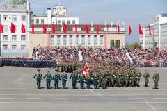 Os soldados do russo marcham na parada em Victory Day anual Imagens de Stock
