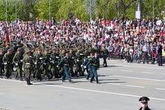 Os soldados do russo marcham na parada em Victory Day anual Fotos de Stock Royalty Free