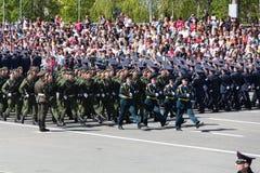 Os soldados do russo marcham na parada em Victory Day anual Fotografia de Stock Royalty Free