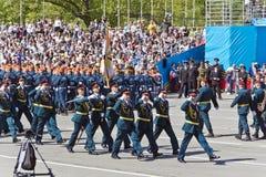 Os soldados do russo marcham na parada em Victory Day anual, maio, fotografia de stock