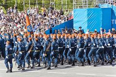 Os soldados do russo marcham na parada em Victory Day anual, maio, foto de stock royalty free