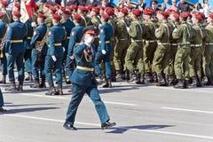 Os soldados do russo marcham na parada em Victory Day anual, maio, foto de stock