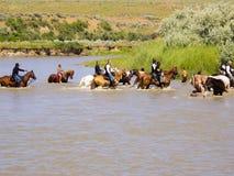 Os soldados e os indianos da cavalaria limpam após a batalha imagens de stock royalty free