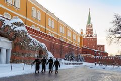 Os soldados estão andando ao longo da parede do Kremlin após ter mudado o protetor no túmulo do soldado desconhecido Foto de Stock Royalty Free