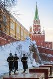Os soldados estão andando ao longo da parede do Kremlin após ter mudado o protetor no túmulo do soldado desconhecido Imagens de Stock Royalty Free