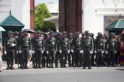 Os soldados estão na fileira na parte dianteira do templo de Wat Phra Kaew foto de stock