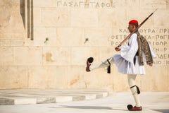 Os soldados gregos Evzones vestido no uniforme de vestido completo, referem os membros da guarda presidencial Foto de Stock