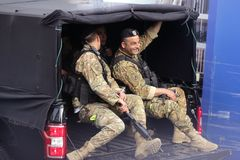 Os soldados libaneses patrulham a rua de Beirute foto de stock