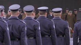 Os soldados poloneses na cerimônia de concessões, o comandante endereçam os soldados com um discurso festivo video estoque