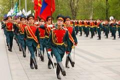 Os soldados que marcham, orquestra jogam a música Imagem de Stock Royalty Free