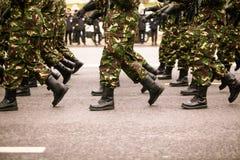 Os soldados que marchingduring forças armadas do dia nacional do ` s de Romênia desfilam Imagens de Stock