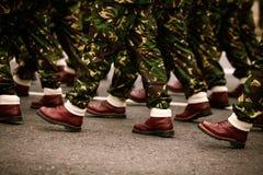 Os soldados que marchingduring forças armadas do dia nacional do ` s de Romênia desfilam Fotografia de Stock