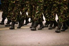 Os soldados que marchingduring forças armadas do dia nacional do ` s de Romênia desfilam Fotos de Stock Royalty Free