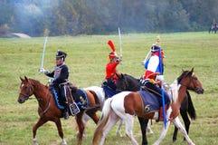 Os soldados-reenactors do francês e do russo lutam no campo de batalha Foto de Stock