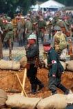 Os soldados-reenactors saem do campo de batalha Fotografia de Stock Royalty Free