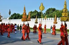 Os soldados retros carreg o guarda-chuva estratificado Fotografia de Stock Royalty Free
