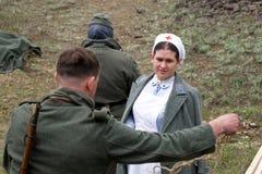 Os soldados vieram à enfermeira Imagens de Stock