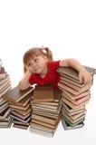 Os sonhos da menina em livros imagens de stock royalty free