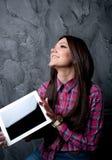 Os sonhos e as posses da rapariga o touchpad Fotografia de Stock Royalty Free