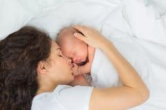 Os sonos recém-nascidos com a mãe Fotos de Stock Royalty Free