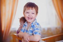 Os sorrisos bonitos do bebê e feliz fotos de stock
