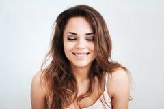 Os sorrisos bonitos pensativos da moça Fotografia de Stock Royalty Free