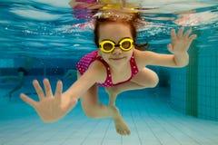 Os sorrisos da menina, nadando abaixo Imagem de Stock