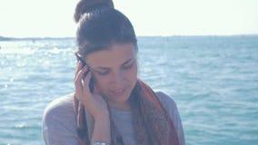 Os sorrisos e as negociações da menina no telefone no canal grande em Veneza filme