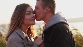 Os sorrisos felizes dos pares, guardam em conjunto e beijam em uma rua filme
