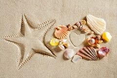 Os starfish brancos da forma do coração da areia da praia imprimem o verão Foto de Stock Royalty Free
