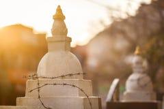 Os stupas budistas complicados por um arame farpado Fotografia de Stock Royalty Free
