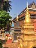 Os stupas coloridos alinham fora do templo de Wat Preah Prom Rath em Siem Reap, Camboja fotografia de stock royalty free