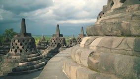 Os stupas do templo de Borobudur deslizam video estoque