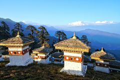 Os 108 stupas dos chortens são o memorial em honra de Butão Fotos de Stock Royalty Free