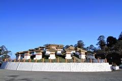 Os 108 stupas dos chortens são o memorial em honra do Bhuta Imagens de Stock