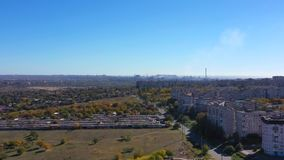 Os subúrbios da cidade industrial vídeos de arquivo