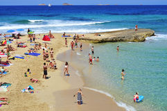 Os Sunbathers em Cala Conta encalham em San Antonio, ilha de Ibiza, termas Fotografia de Stock