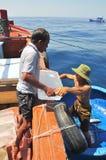 Os suplementos de transferência da terra aos barcos de pesca no mar de Nha Trang latem Imagem de Stock Royalty Free