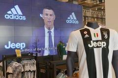 Os suportes de Juventus FC na loja oficial para New-jersey numeram 7 de Cristiano Ronaldo foto de stock