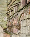 Os suportes de voo apoiam uma parede de pedra medieval bonita de uma ruína da igreja fotos de stock
