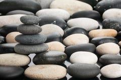 O monte de pedras está nas pedras brancas e pretas Fotografia de Stock