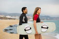 Os surfistas acoplam-se na praia Imagens de Stock