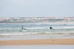 Os surfistas do principiante estão praticando na água aberta Fotos de Stock Royalty Free