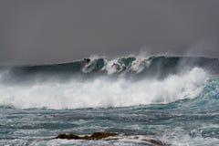 Os surfistas no oceano atacam, la Santa, Lanzarote, Espanha Fotografia de Stock Royalty Free