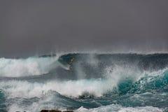 Os surfistas no oceano atacam, La Snta, Lanzarote, Espanha Imagens de Stock