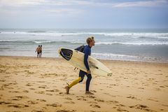 Os surfistas no Oceano Atlântico encalham no Lacanau-oceano, Bordéus, Imagem de Stock